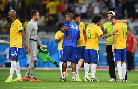 Jogadores consolam uns aos outros após a derrota por 7 x 1 para a Alemanha na semi-final da Copa de 2014