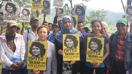 Berta Zuñiga (1ª mulher à dir. à frente, segurando cartaz com foto da mãe) assumiu coordenação-geral do Copinh após assassinato