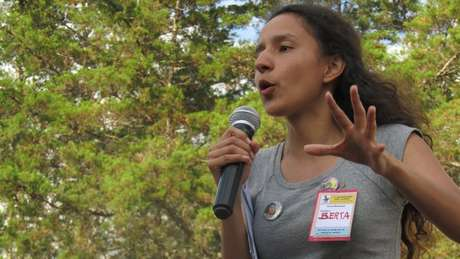 Por causa da atividades de sua mãe, jovem participa de manifestações desde a infância
