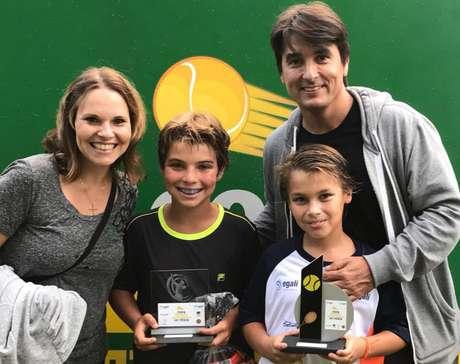 Depois de Pedro e Vicente, de 12 e 11 anos, começarem a competir no tênis, pais ficaram mais atentos à possibilidade de eles estudarem no exterior