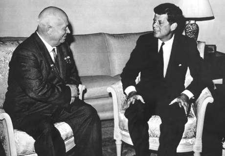 Em 1961, Nikita Khrushchev, líder da então URSS, se encontrou com o presidente dos EUA John Kennedy, que estava despreparado