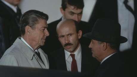 Gorbachev (à dir.) propôs que o encontro com Reagan (à esq.) fosse rápido e a conversa na Islândia, em 1986, acabou durando dois dias