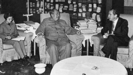 Em 1972, o líder americano Richard Nixon ( à dir.) foi à China se reunir com Mao Tsé-tung e tentar retomar as relações entre os dois países