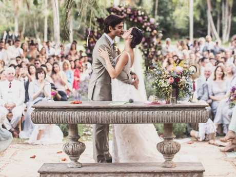 Isis Valverde se emociona durante os votos do casamento