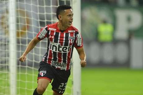 Marcos Guilherme comemora gol em partida contra o Palmeiras