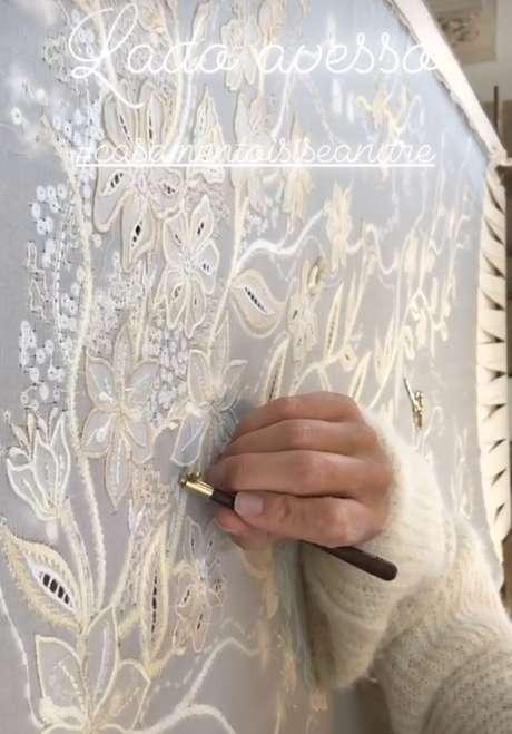 Detalhes do bordado do vestido de Isis Valverde (Foto: Reprodução/Instagram/@ateliermnataliarios)