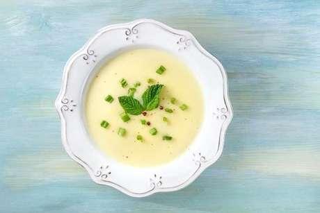 Sopa de palmito low carb servida com cebolinha