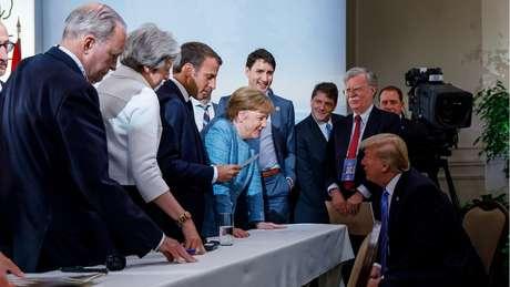 líderes do G7 reunidos, em momento aparentemente mais descontraído, em que estão sorridentes