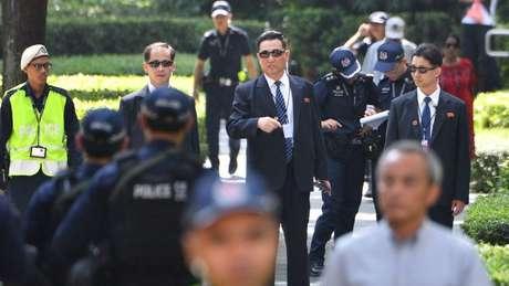 Seguranças norte-coreanos do lado de fora do hotel de Kim Jong-un, em Cingapura