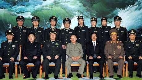 Kim Jong-il (centro) e Kim Jong-un com militares norte-coreanos em foto de 2010; filho era `muito com o pai`