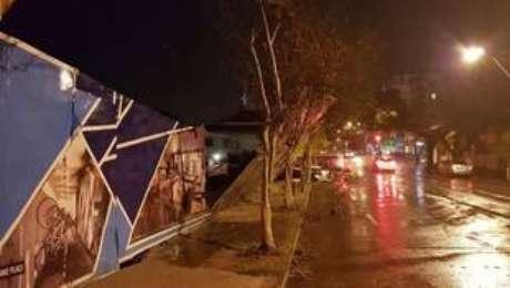 Em Caxias do Sul, a intensidade do vento foi tão forte que derrubou placas de sinalização, tapumes e destelhou residências