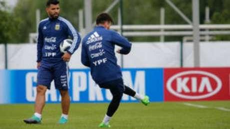 Agüero e Messi durante treino da Argentina desta segunda-feira.