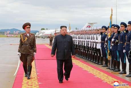 O líder norte-coreano, Kim Jong-un, em revista a guardas