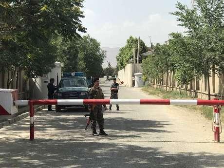 Polícia afegã fecha a rua onde ocorreu o atentado em Cabul