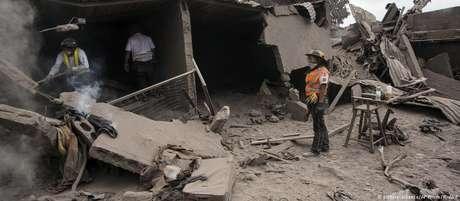 Estima-se que cerca de 200 pessoas ainda estejam soterradas sob as cinzas do vulcão Fuego