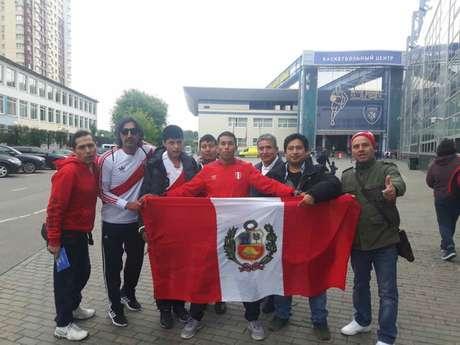 Torcedores Peruanos posam com a bandeira do país na enstrada da Arena Khimki (Carlos Alberto Vieira)