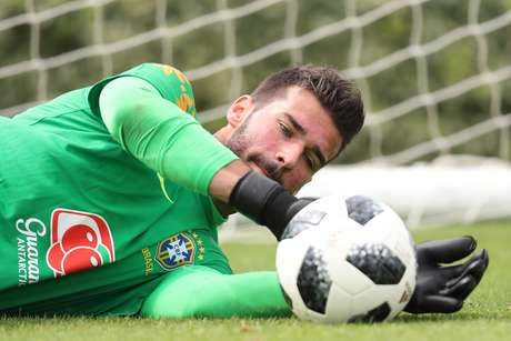 Goleiro Alisson quer decidir o futuro antes da Copa do Mundo