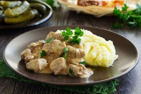 O verdadeiro estrogonofe russo servido com purê de batatas
