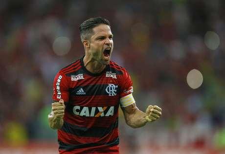 O meio-campo do Flamengo, Diego, comemora o primeiro gol do time rubro-negro contra o Paraná no Maracanã
