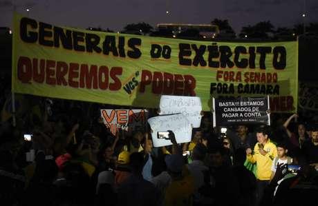 Manifestantes pedem intervenção militar durante ato na Esplanada dos Ministérios, em Brasília, no dia 28 de maio