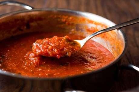 Panela com molho de tomate