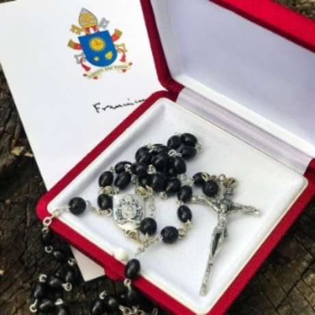 Rosário que teria sido enviado pelo Papa Francisco