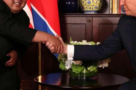 Aperto de mão do líder norte-coreano, Kim Jong Un, e presidente dos EUA, Donald Trump 12/06/2018 REUTERS/Jonathan Ernst