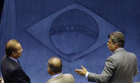 Senador José Agripino (DEM-RN), à esquerda, conversa com outros dois senadores 15/12/2009 REUTERS/Ricardo Moraes