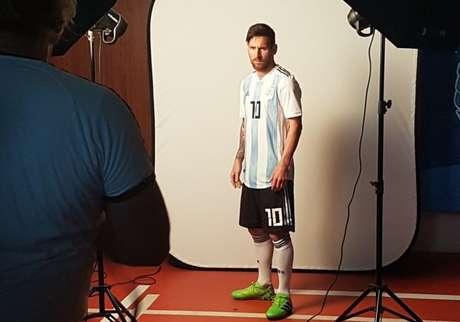 Messi fez cara de mau para as fotos oficiais da Fifa - FOTO: AFA