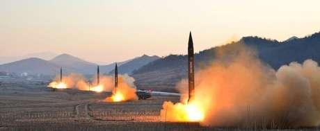 Imagem divulgada pela mídia oficial norte-coreana do lançamento de quatro mísseis