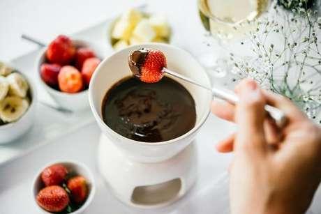 Morango coberto em fondue de chocolate