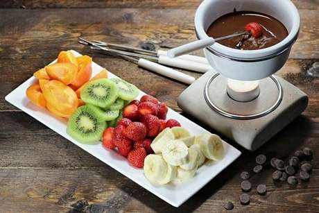 Fondue de chocolate servido com morango, banana, kiwi e laranja