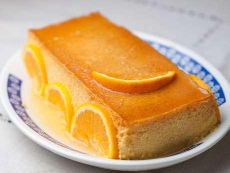Pudim de laranja decorado com fatias da fruta