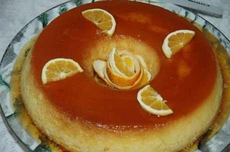 Pudim de laranja decorado com a fruta