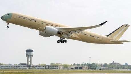Avião A350-900 ULR da Singapore Airlines decola em seu primeiro voo teste