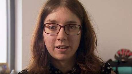 Laura Moulding se automutilou por não conseguir lidar com as vozes em sua mente
