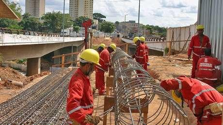 Obra de corredor de ônibus que passa pelas avenidas Antônio Carlos, Pedro I e Vilarinho não foram concluídas (Imagem de 2012)