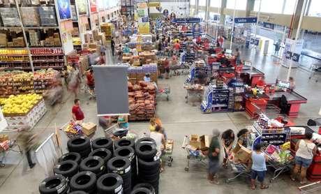 Consumidores fazem compra em mercado em São Paulo 11/01/2017 REUTERS/Paulo Whitaker