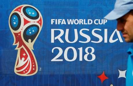 Homem passa perto de logomarca da Copa do Mundo da Rússia em São Petersburgo 11/06/2018 REUTERS/Fabrizio Bensch