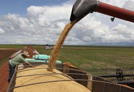 Caminhão sendo carregado com grãos de soja  27/03/2012 REUTERS/Paulo Whitaker