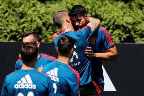 Sergio Ramos abraça Diego Costa em treino da Espanha  11/6/2018         REUTERS/Stringer