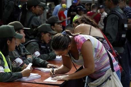 Mulher preenche formulário de imigração antes de passar a fonteira para a Colômbia em San Antonio del Tachira, Venezuela 13/08/2016 REUTERS/Carlos Eduardo Ramirez