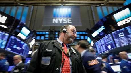 Operadores trabalham na New York Stock Exchange, (NYSE) em Nova York, EUA 26/02/2018 REUTERS/Brendan McDermid