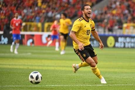 Hazard foi caçado em campo no amistoso diante da Costa Rica (Foto: Emmanuel Dunand / AFP)