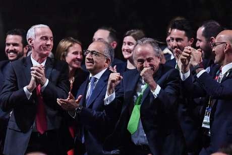 A candidatura conjunta entre Canadá, Estados Unidos e Canadá comemoram a vitória (Foto: Kirill Kudryavtsev/AFP)