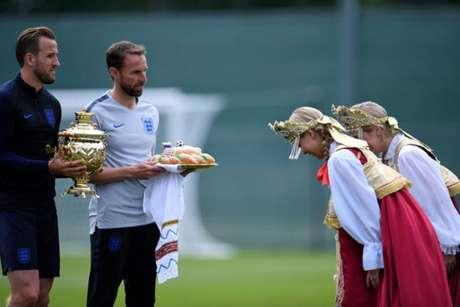 Southgate e Kane recebem presentes dos torcedores (Foto: Christophe Simon / AFP)