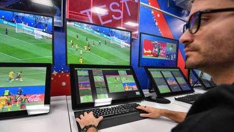 A sala do VAR que será utilizada durante os jogos da Copa do Mundo da Rússia (Foto: MLADEN ANTONOV / AFP)