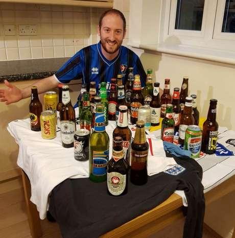Gus Hully e a cerveja dos 32 países presentes na Copa do Mundo (Foto: Reprodução/Mirror)