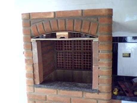 10 -Comece o fechamento até chegar a largura da chaminé. Coloque o eletroduto e as fiações que irão iluminar o interior da churrasqueira.