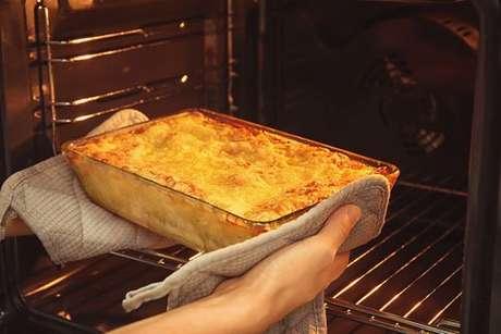 Lasanha sendo retirada do forno